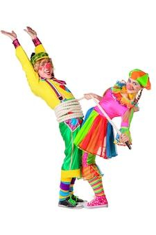 Zwei lächelnde clowns spielen ein seil, das über einem weißen hintergrund lokalisiert wird