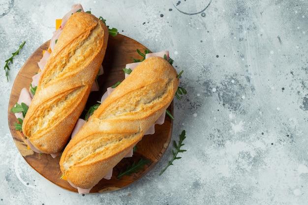 Zwei lange sandwiches mit rucola