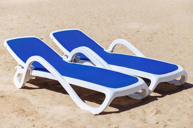 Zwei laubbetten auf weißem sand