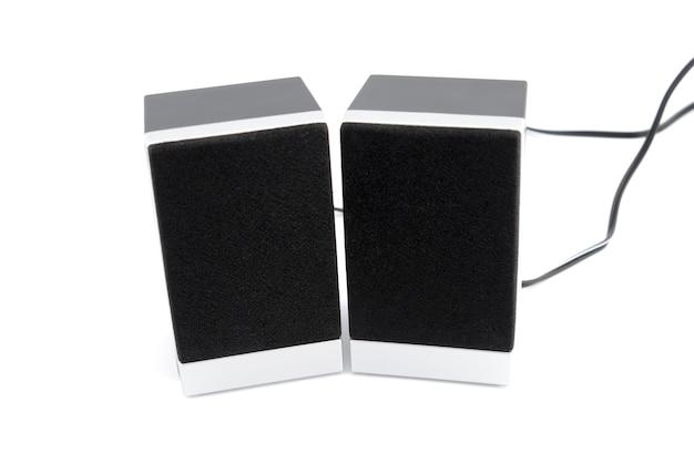 Zwei lautsprecherboxen isoliert auf weißem hintergrund.