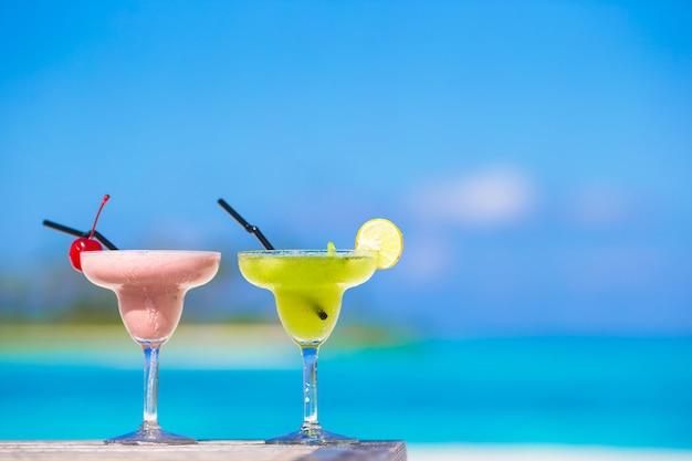 Zwei leckere cocktails am tropischen weißen strand