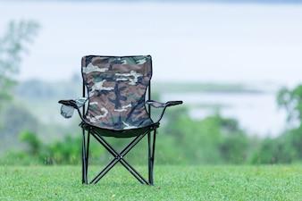 Zwei leere Klappstühle für Outdoor-Camping