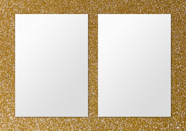 Zwei leere papiere auf goldoberfläche