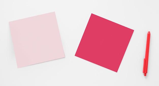 Zwei leere papiere mit stift