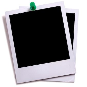 Zwei leere sofortige kamera foto druckt mit dem grünen druckbolzen, der auf weiß mit schatten lokalisiert wird.