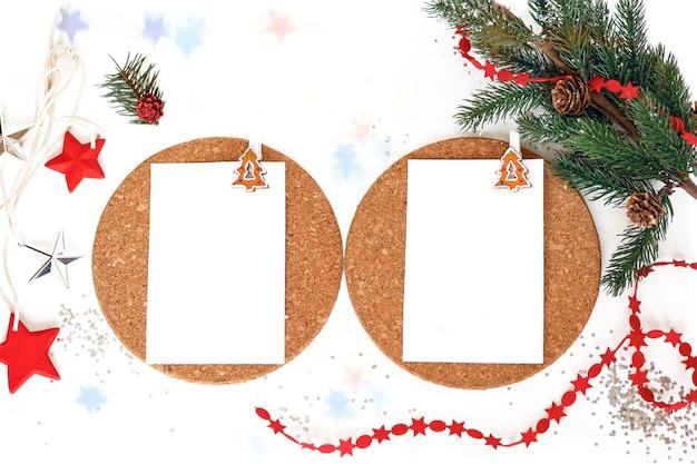 Zwei leere weiße blätter für inschriften und neujahrsdekoration