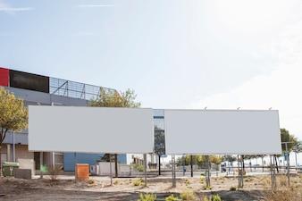 Zwei leere weiße Werbetafeln