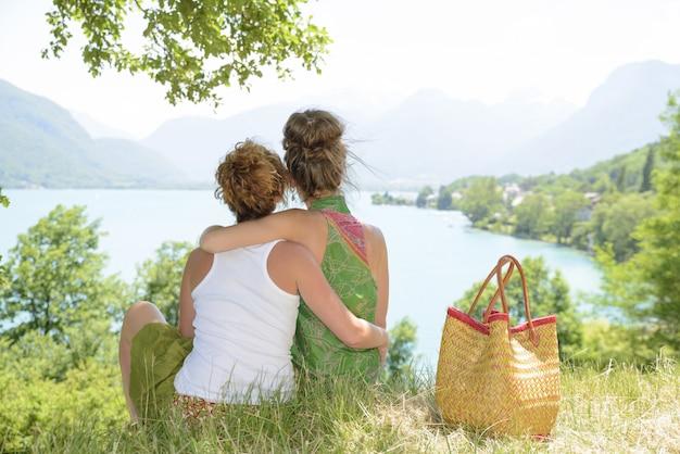 Zwei lesben in der natur bewundern die landschaft