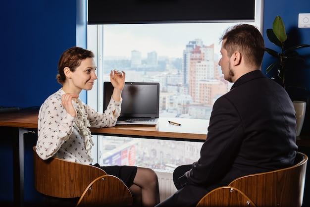 Zwei leute arbeiten im büro