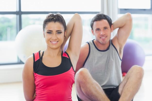 Zwei leute, die zurück hände an der yogaklasse ausdehnen