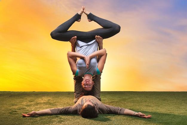 Zwei leute machen yoga-übungen