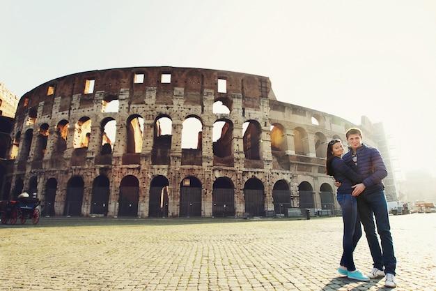 Zwei leute stehen in der nähe von kolosseum in rom