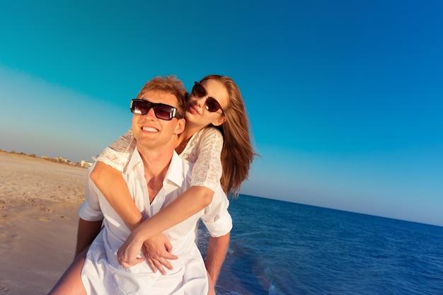 Zwei liebende am strand