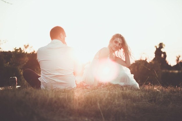 Zwei liebende auf einer romantischen reise sehen den sonnenuntergang im freien.