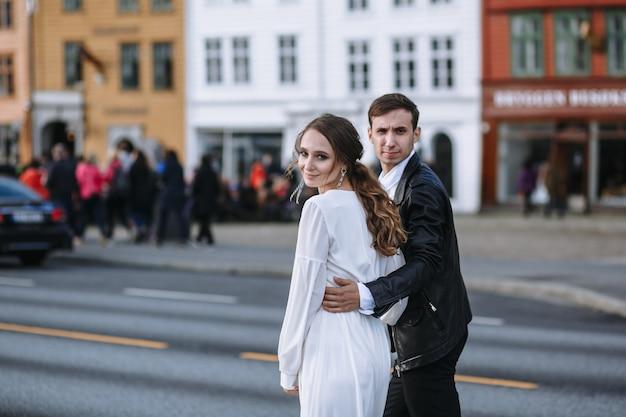 Zwei liebende gehen und umarmen sich auf der straße