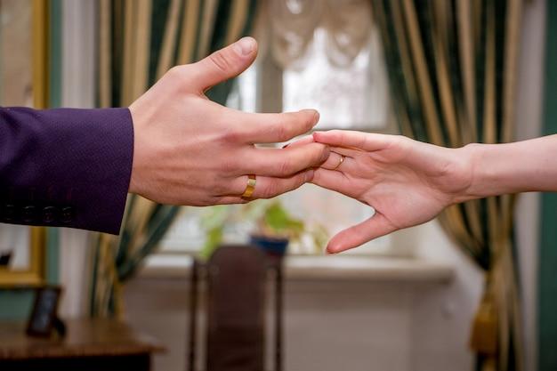 Zwei liebende strecken sich die hände aus.