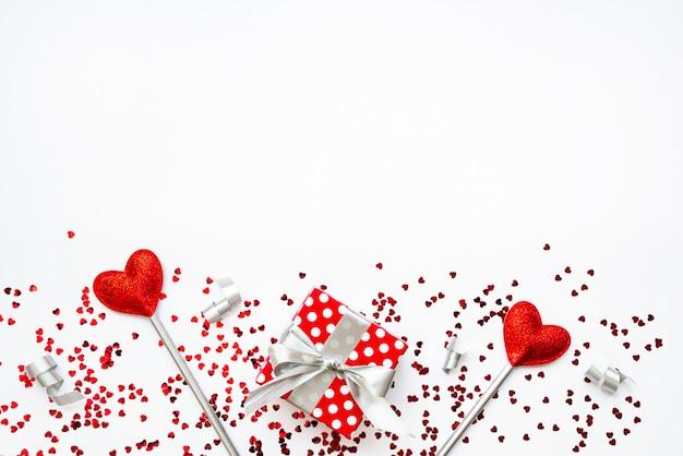 Zwei liebeszauberstäbe und ein geschenk. valentinstag konzept. speicherplatz kopieren.