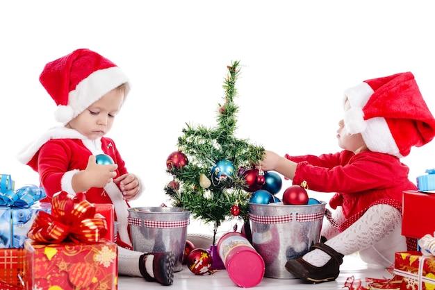Zwei lustige baby-santa-helfer über dem weiß