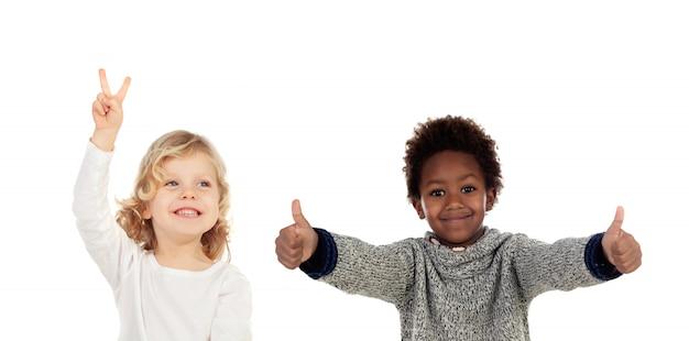 Zwei lustige kinder, die ok sagen