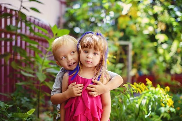 Zwei lustige kleinkinder im grünen garten