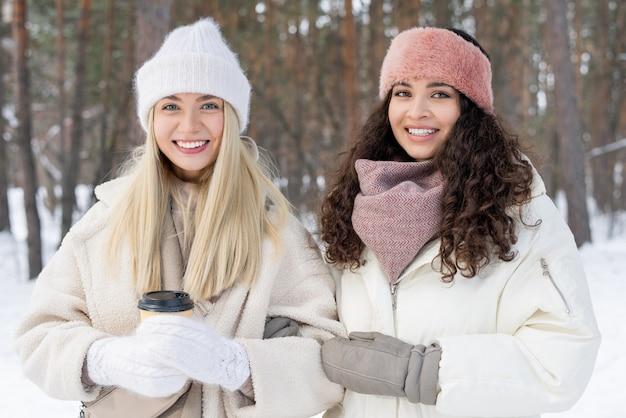Zwei mädchen am wintertag