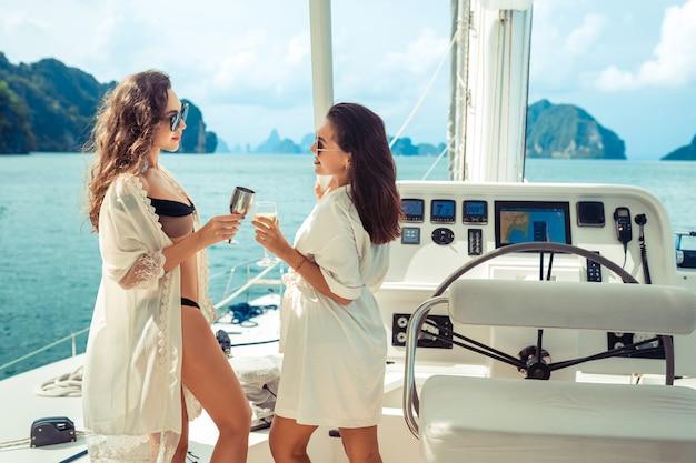 Zwei mädchen, die einen geburtstag auf der yacht feiern