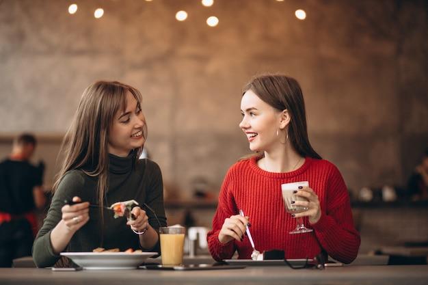 Zwei mädchen, die in einem café zu mittag essen