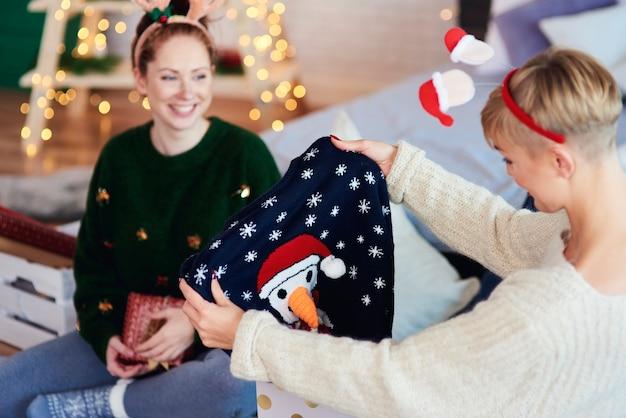 Zwei mädchen, die weihnachtsgeschenk öffnen