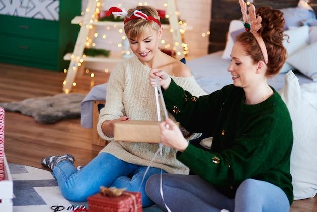 Zwei mädchen, die weihnachtsgeschenke für weihnachten vorbereiten