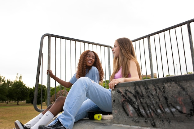 Zwei mädchen im teenageralter verbringen zeit zusammen auf der eisbahn