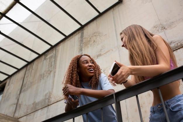 Zwei mädchen im teenageralter verbringen zeit zusammen im freien