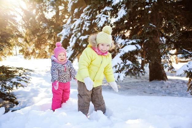 Zwei mädchen im winterwald
