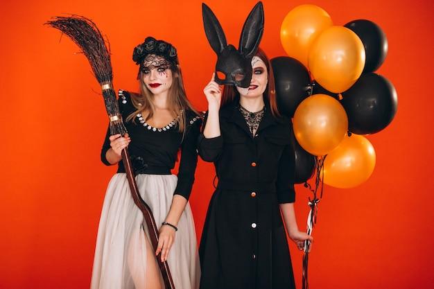 Zwei mädchen in halloween-kostümen