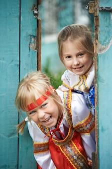 Zwei mädchen in russischen trachten