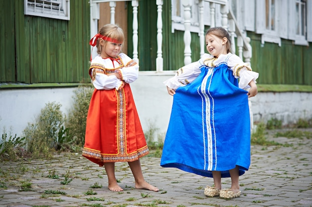 Zwei mädchen in trachten im russischen dorf