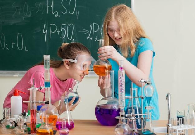 Zwei mädchen machen chemische experimente