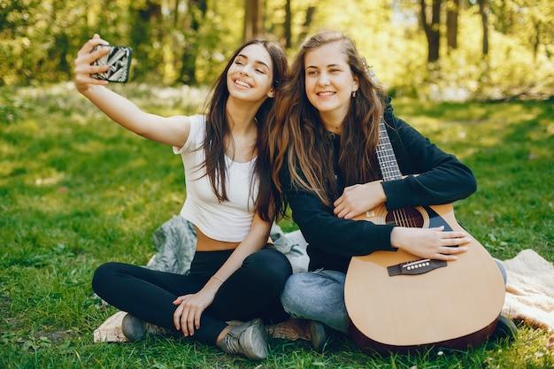 Zwei mädchen mit einer gitarre