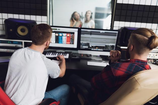 Zwei mädchen singen im tonstudio.