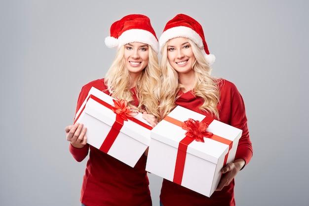 Zwei mädchen und zwei geschenkboxen