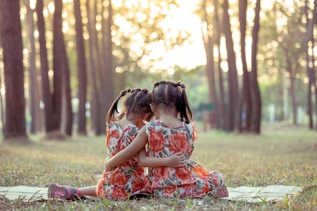 Zwei mädchen zusammen im park. vintage-farbton