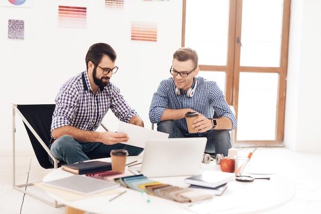 Zwei männer arbeiten im büro zusammen.