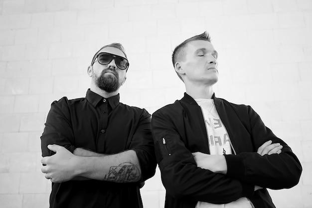 Zwei männer auf der straße schwarz-weiß-foto