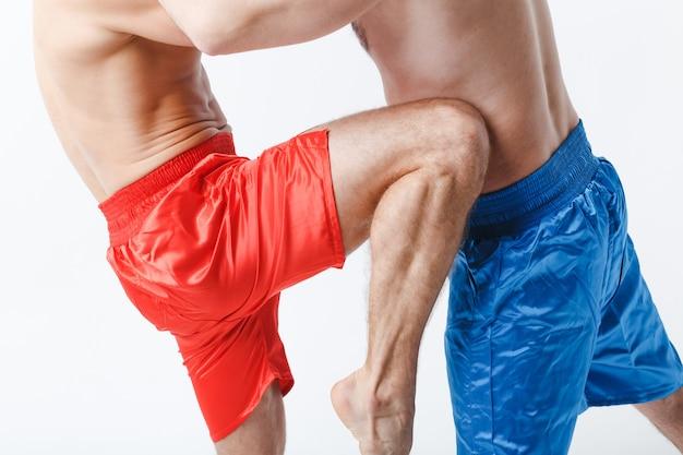 Zwei männer boxer kämpfen muay thai kick knieboxen weißen hintergrund.