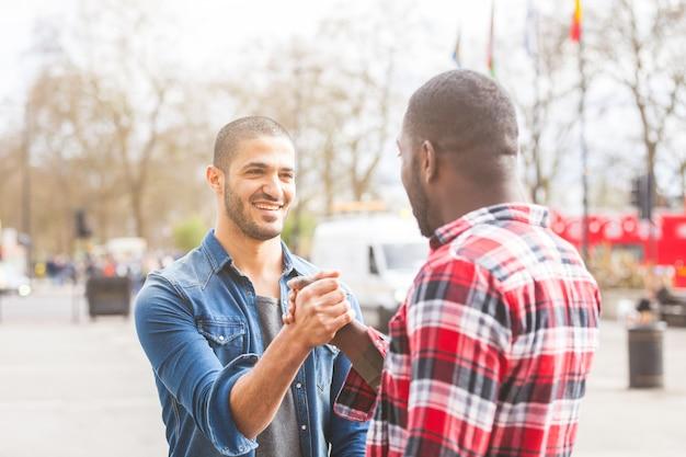 Zwei männer, die einen freundlichen händedruck geben