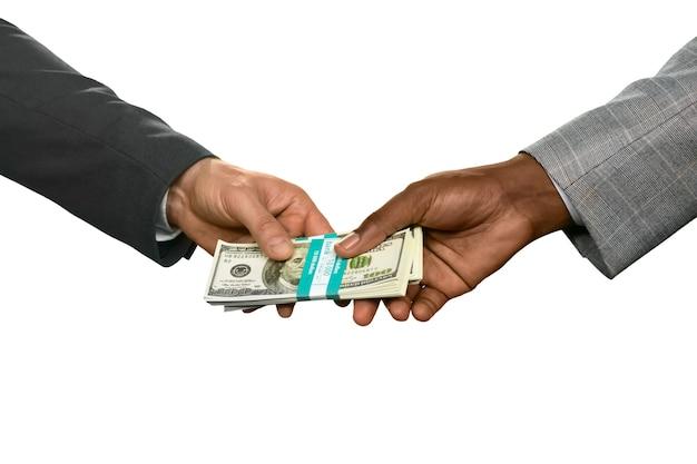 Zwei männer, die geld halten. kauf der immobilie. siedepunkt. der weg nimmt seltsame wendungen.
