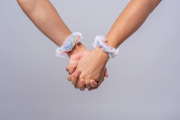 Zwei männer, die sich lieben, stehen hand in hand.