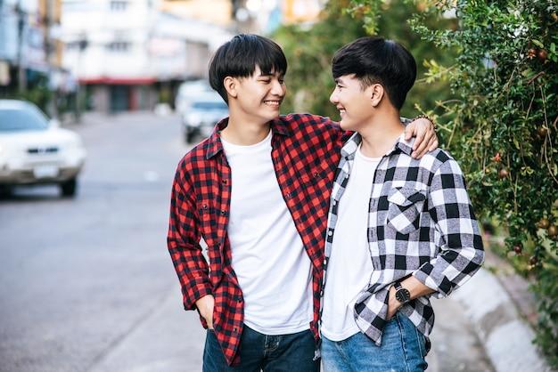 Zwei männer, die sich lieben, umarmen sich glücklich.