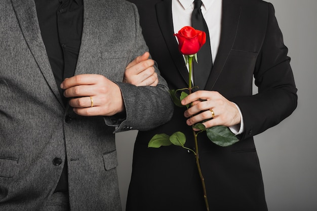 Zwei männer im anzug bei einer lgbt-hochzeit