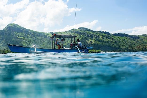 Zwei männer im boot