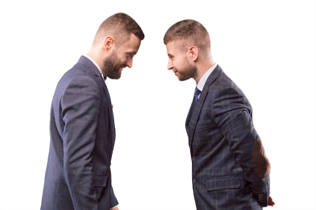 Zwei männer in anzügen stoßen aneinander und lächeln